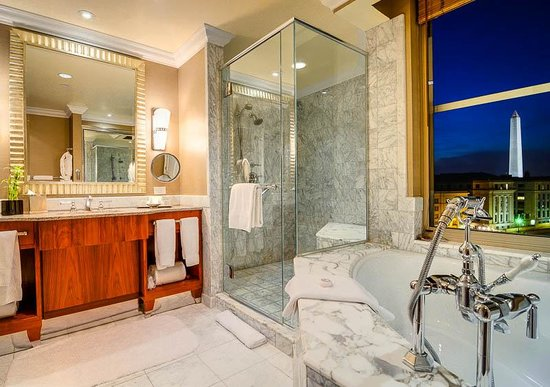 Mandarin Oriental, Washington DC: The luxurious bathroom and the view of the Washington Monument out the window