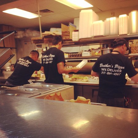 Brother's Pizza: Busy time at lunch !!