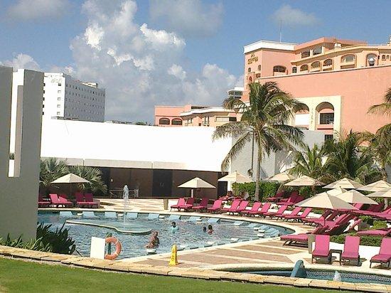 Krystal Grand Punta Cancun: Muy bonita alberca, y el bar en ella muy relajante