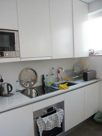 Hello Lisbon Santa Apolonia Apartments : Kitchen area