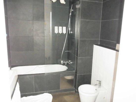 Hello Lisbon Santa Apolonia Apartments : Bathroom