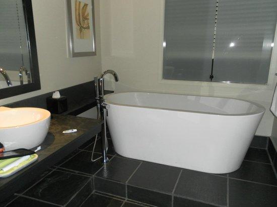 Black Rock Oceanfront Resort: tub