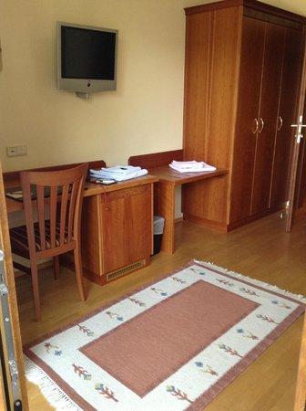 Hotel Sallerhof: 2-bedroom Suite - main bedroom