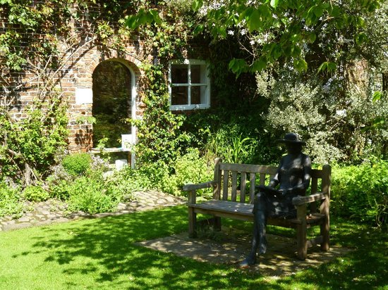 Stillingfleet Lodge Gardens: Lovely places to sit and enjoy the garden.