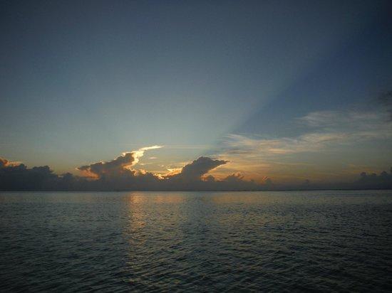 Paradise Cove Lodges: Gorgeous sunset!