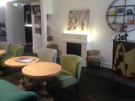 Le 1er Etage Marais: The living room where breakfast is served
