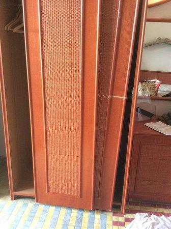 Hotel della Baia : état de l'armoire dans une chambre vue mer