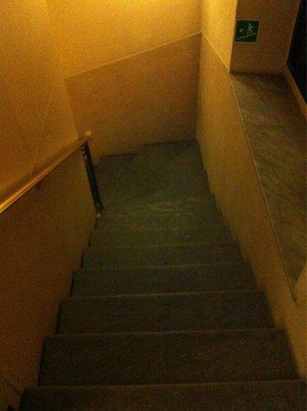 Amadeus Hotel: Лестница между этажами