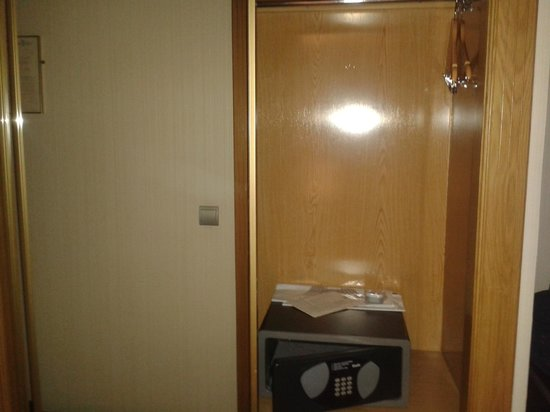 Saray Hotel: Armario y Caja fuerte