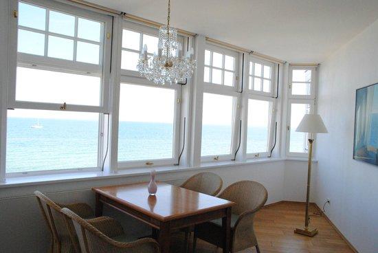 Strandhotel Sassnitz: Veranda mit Esstisch