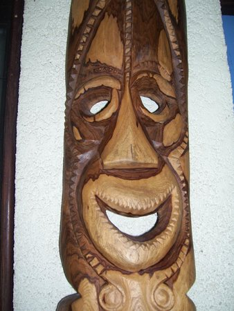 Traveller's Budget Motel: amazing carvings