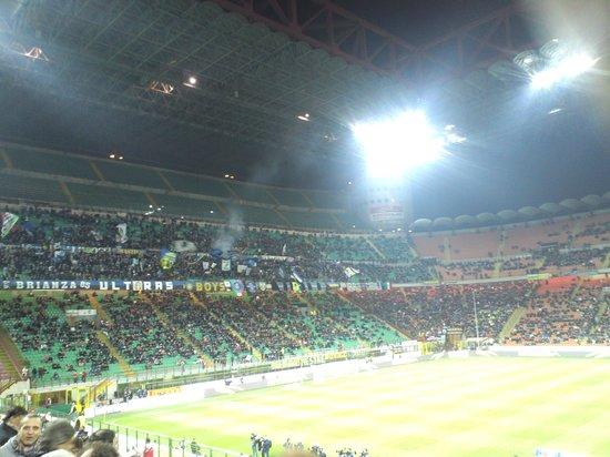 Stadio Giuseppe Meazza (San Siro) : 平日夜遅かったので、観客は疎らだが・・・