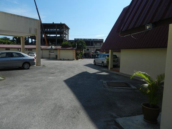 Adina Motel : Road in front and beach beyond