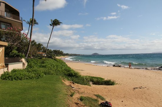 Days Inn Maui Oceanfront: View of beach from edge of hotel property