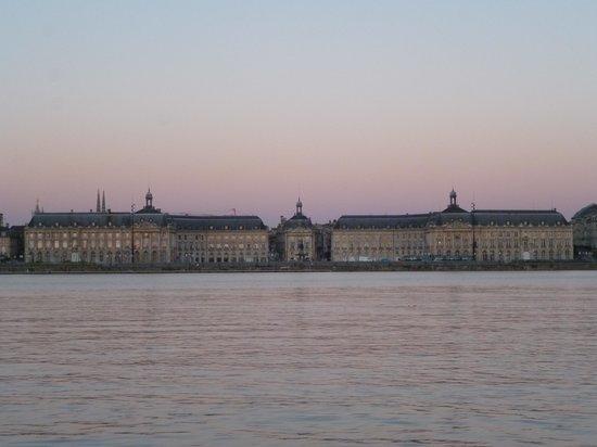 Place de la Bourse (Place Royale) : Вид лощади с противоположного берега реки