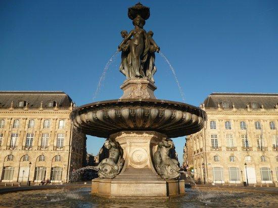 Place de la Bourse (Place Royale) : Памятник на площади