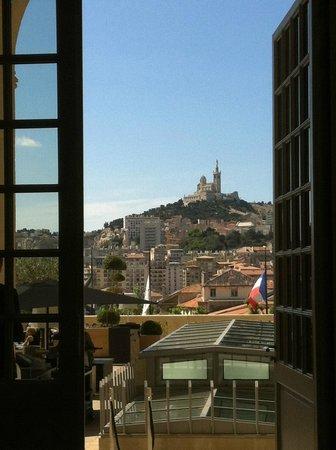 InterContinental Marseille - Hotel Dieu : Vue depuis le 1er étage de l'hôtel sur ND de la Garde