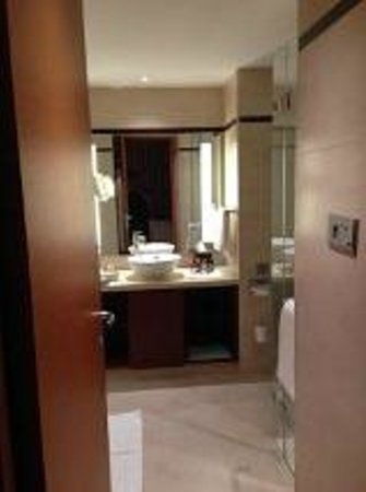 Hilton Bangalore Embassy GolfLinks: Bathroom