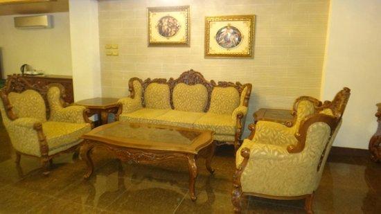 Bohol Tropics Resort: Pres. suite lounge room