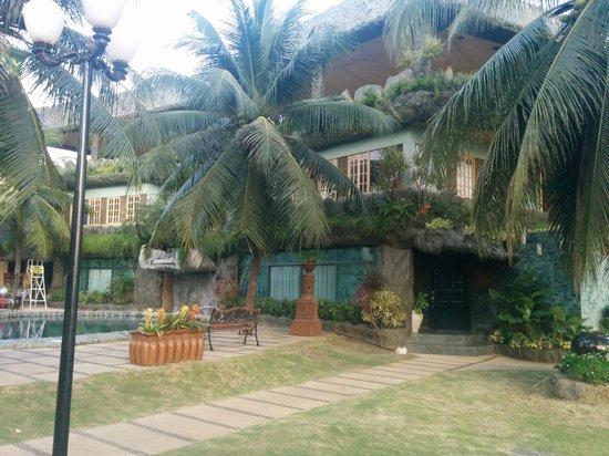 Bohol Tropics Resort: Hotel grounds