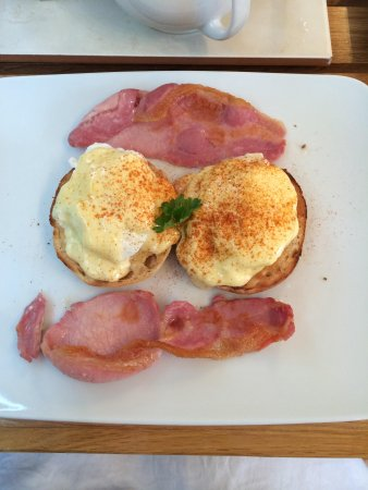 Bed & Breakfast by the Beach: Eggs benedict! Delicious