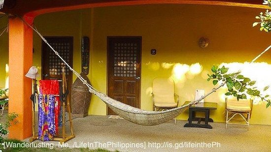 Hibiscus Garden Inn : Our own patio with our own hammock and a drying rack