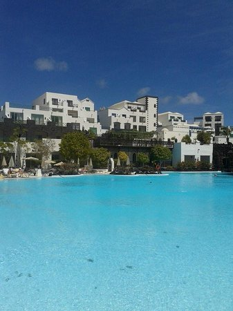 Hotel THe Volcán Lanzarote: Another pool view.