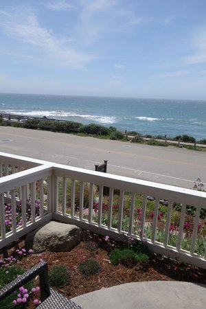 Sand Pebbles Inn: the rooms with patios are overlooking a road before the ocean but the road is very quiet