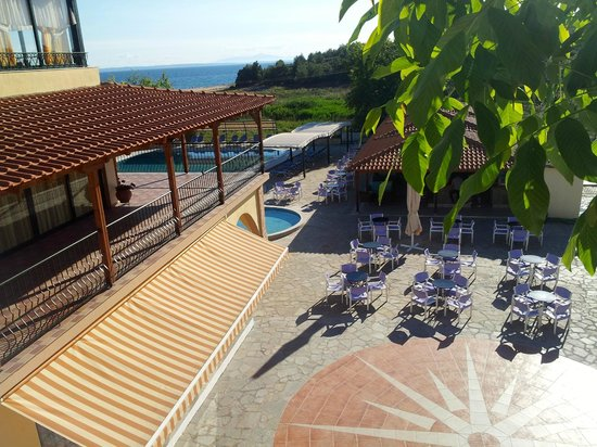 Village Mare Hotel: Overview of pool bar and seating