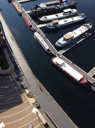 Fraser Place Canary Wharf: boats in the marina below the balcony