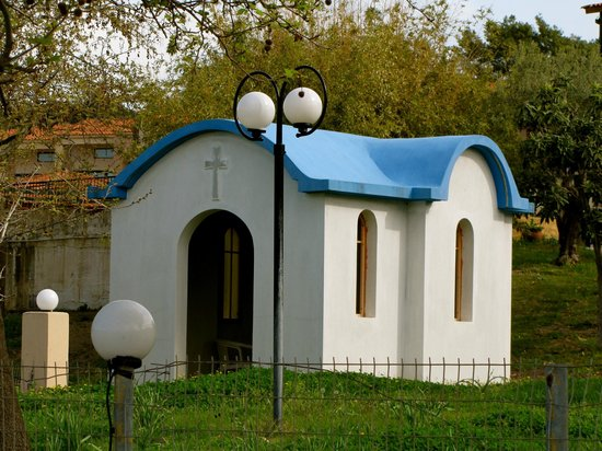 Village Mare Hotel: Small traditional Greek chapel on the hotel grounds