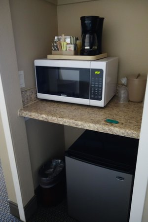 Sand Pebbles Inn : the room even had a microwave! along with usual fridge/freezer, coffee maker etc