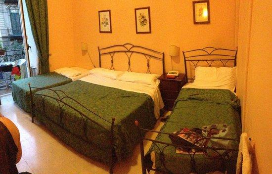 Hotel del Centro: Une grande chambre pour 2 couples
