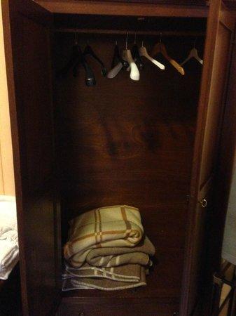 Hotel del Centro : Une armoire pour 4