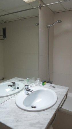 Aparthotel Atenea : удобный умывальник, можно комфортно зазложить все свои вещи