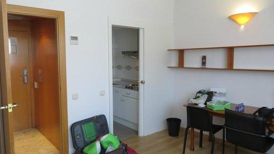 Aparthotel Atenea: номер поделен на зоны:спальня и гостиная