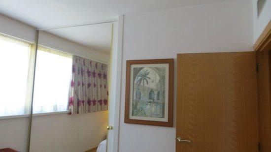 Aparthotel Atenea: спальня и гостиная может отделяться зеркальной дверью купе