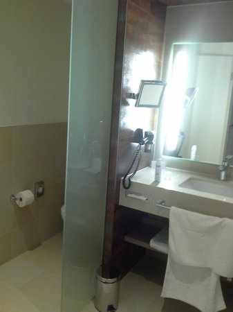 Steigenberger Hotel Bremen: bath and toilet separate