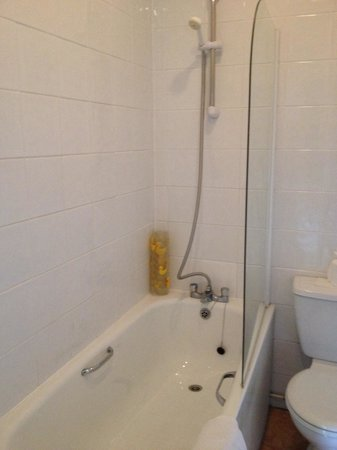 Priory Bay Hotel: Small tatty shower with poor temperature control in tithe barn
