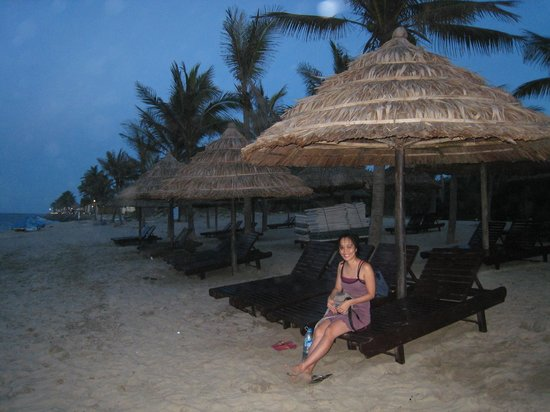 Hoi An Beach Resort: Enjoying the sunset on the private beach