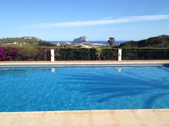 Hotel La Madrugada: Zicht van het zwembad op de Penon in Calpe