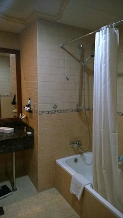 Royal Beach Resort & Spa: Bathroom is really way past prime time
