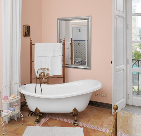 Residenza Matarazzo E Le Sue Soffitte: Residenza -vasca in camera