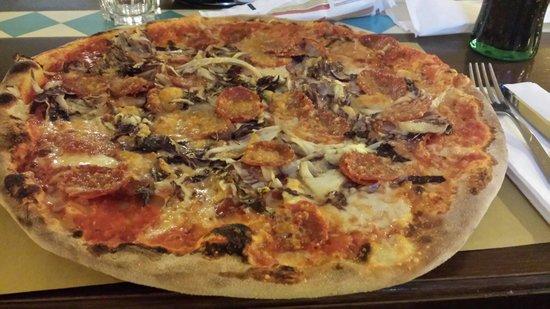 Ristorante Rosa D'Oro: Pizza enorme e buonissima
