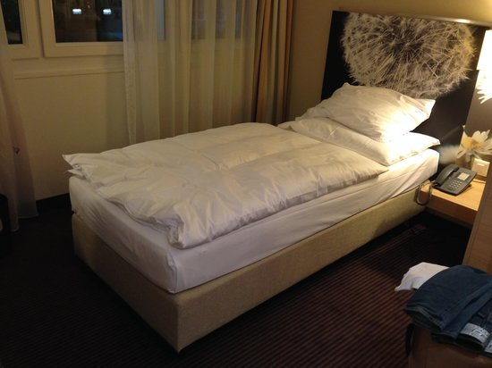 Ramada Zurich City: Very small room, single bed.