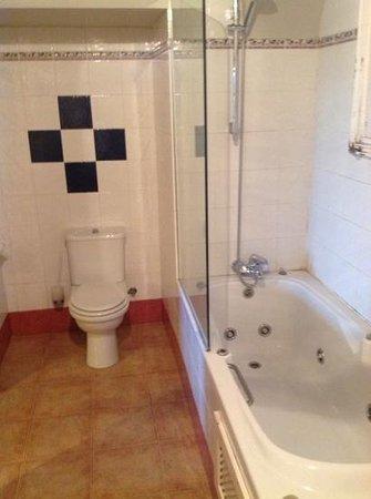 RV Hotel Palau Lo Mirador : Ruime en schone badkamer.