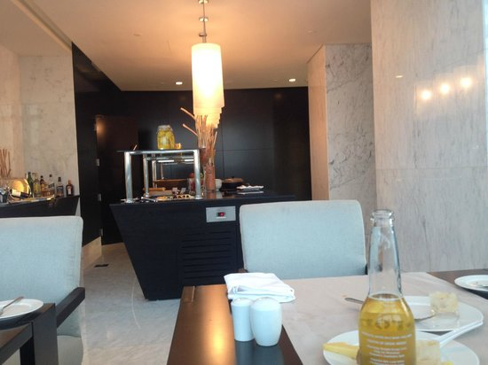 Sofitel Abu Dhabi Corniche: Bufett,