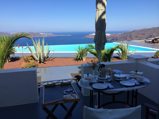Anastasis Apartments: Breakfast on the balcony by the pool - paradise!
