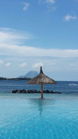 Sands Suites Resort & Spa: Vue de la piscine sur la plage et le Morne.