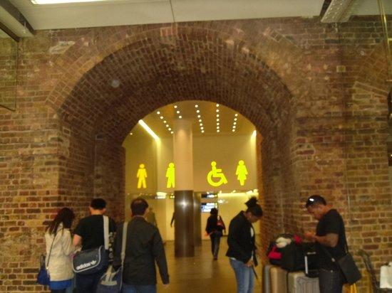 King's Cross : Bathroom big  yellow signs